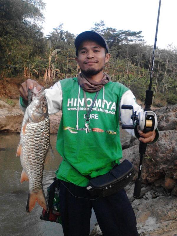 Risqon berpose dengan ikan tangkapannya
