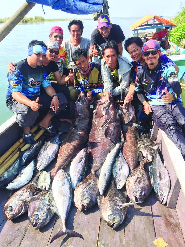 Tim berpose dengan ikan tangkapan