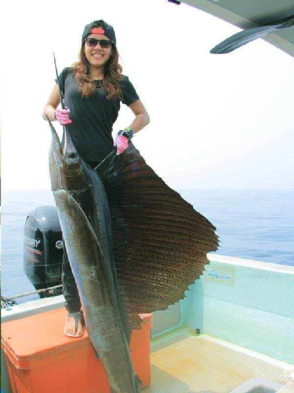 lia-berpose-dengan-ikan-hasil-tangkapannya