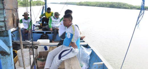 para-pemancing-menggunakan-perahu-menuju-spot-mancing-di-laut-korowelang