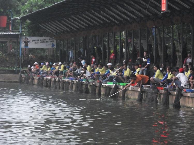 Para peserta mulai mengisi lapak saat mancing galatama Ikan Mas yang diadakan oleh IFT di kolam Telaga Arwana, Cibubur pada Minggu (23/10).
