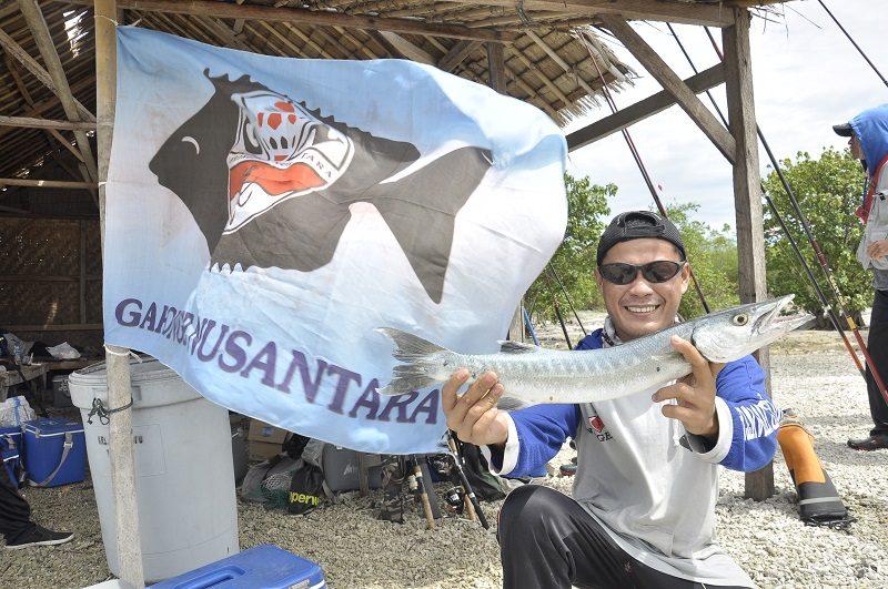 Karyo, salah seorang anggota Garnus ketika mendapatkan ikan Barakuda menggunakan teknik casting.