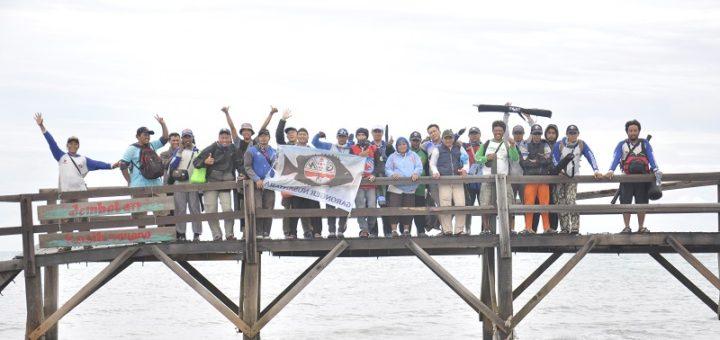 komunitas-garnus-berfoto-di-jembatan-kasih-sayang-di-pulau-empat-cilegon
