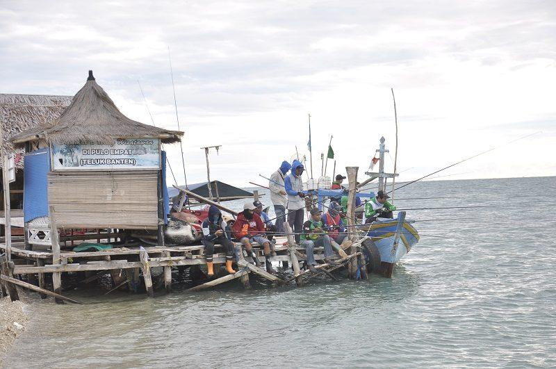 Beberapa anggota komunitas Garnus ketika negeg bersama di Pulau Empat, Banten, Minggu (2/10).