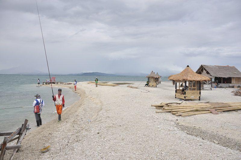 Pulau Empat, Banten memiliki suasana alam yang khas berupa jajaran karang dengan air yang dangkal di pesisir pulaunya.
