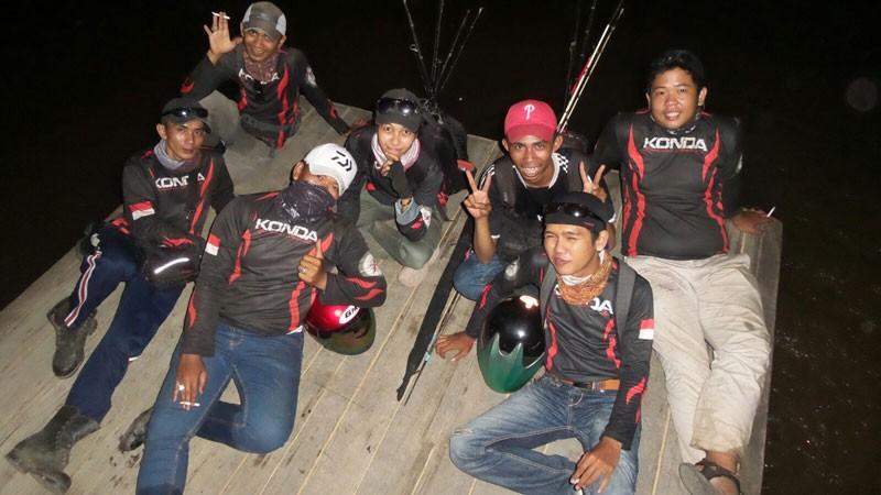 Rekan-rekan pemancing yang mayoritas pria tidak menyurutkan semangat mancingnya dan membuat Icha Yuli canggung.