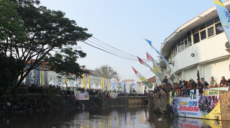 Rayakan HUT Kodam Siliwangi, Ratusan Masyarakat Mancing di Cikapundung