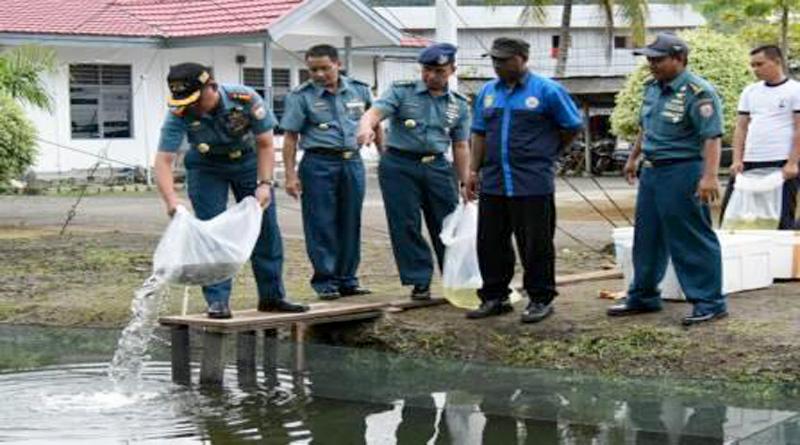 Dukung Program KPN, Lantamal X Jayapura Tebar 4200 Benih Mujair